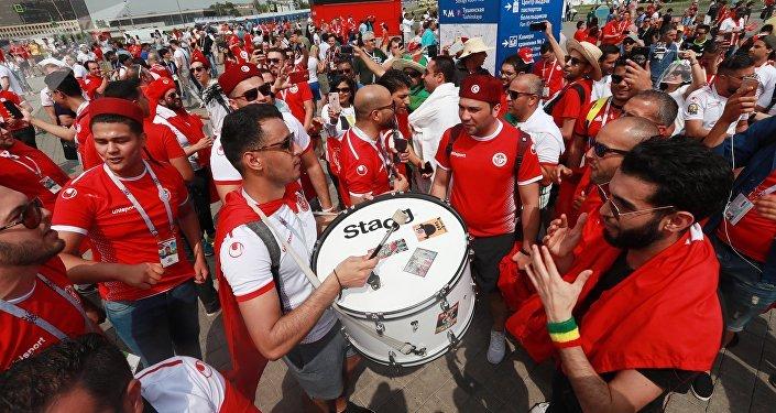 Hinchas antes del partido entre las selecciones nacionales de Bélgica y Túnez