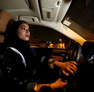 Una mujer conduce un coche en  Riad, Arabia Saudí