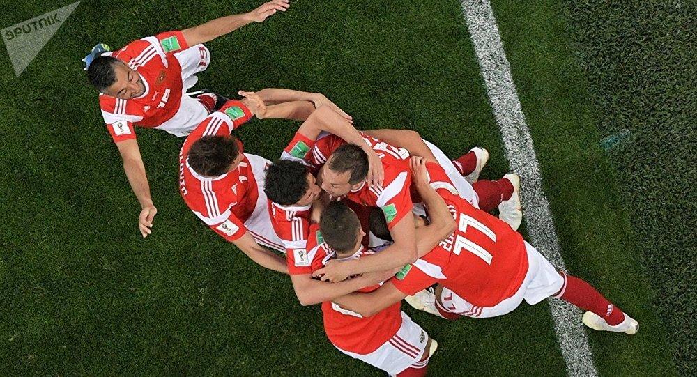 El partido Rusia-Egipto, los rusos celebran un gol