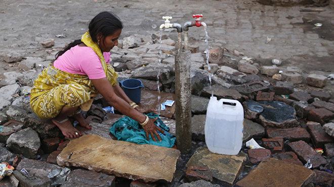 Las ciudades y pueblos de la India a menudo se quedan sin agua en verano debido a la falta de infraestructura para hacerla llegar hasta los hogares.