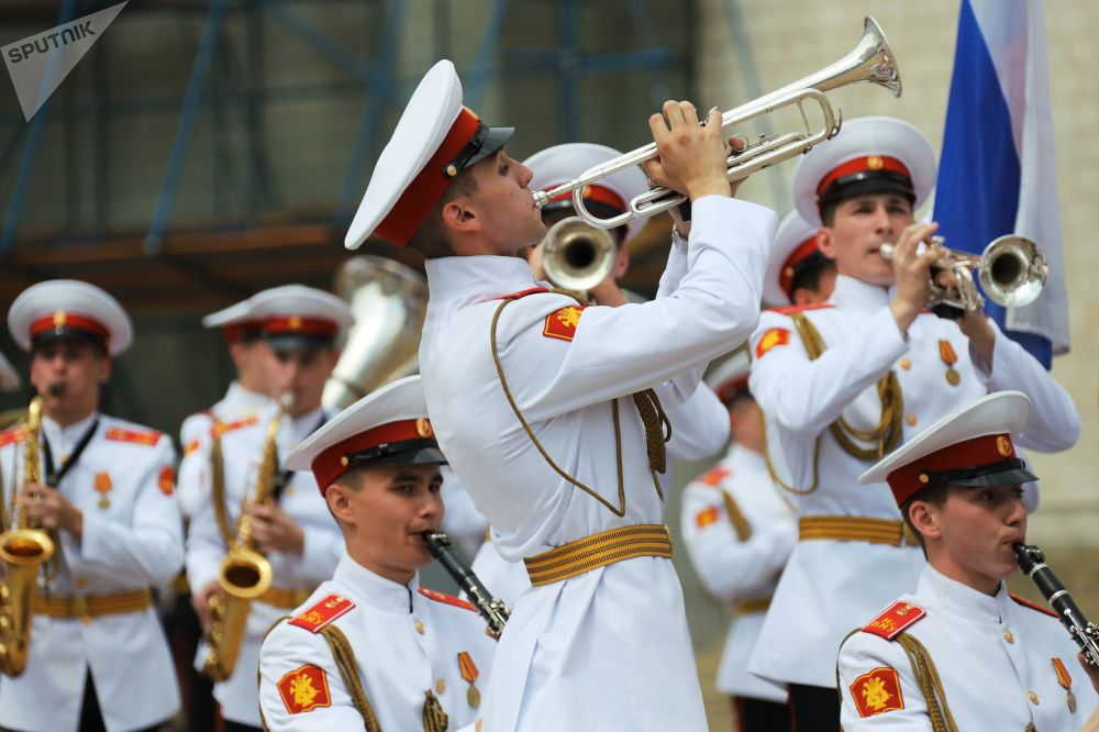 Monedas y pétalos de rosa: los futuros militares se gradúan en el Kremlin