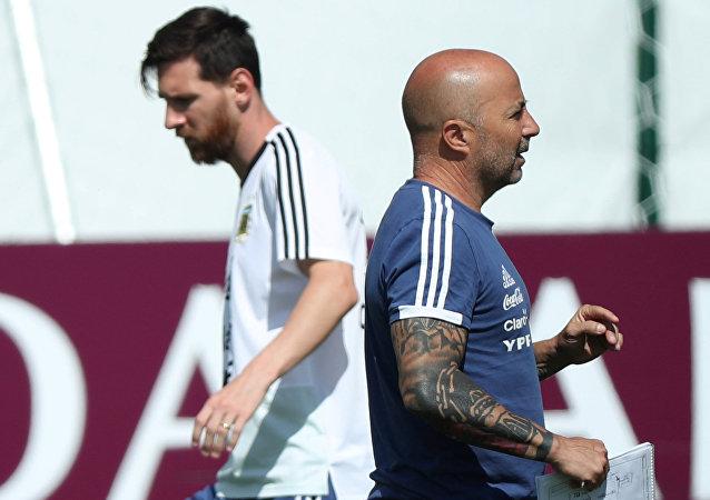El delantero argentino, Lionel Messi, y el entrenador de la selección de Argentina, Jorge Sampaoli