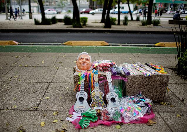 Máscara que representa al favorito de las elecciones presidenciales de México Andrés Manuel López Obrador