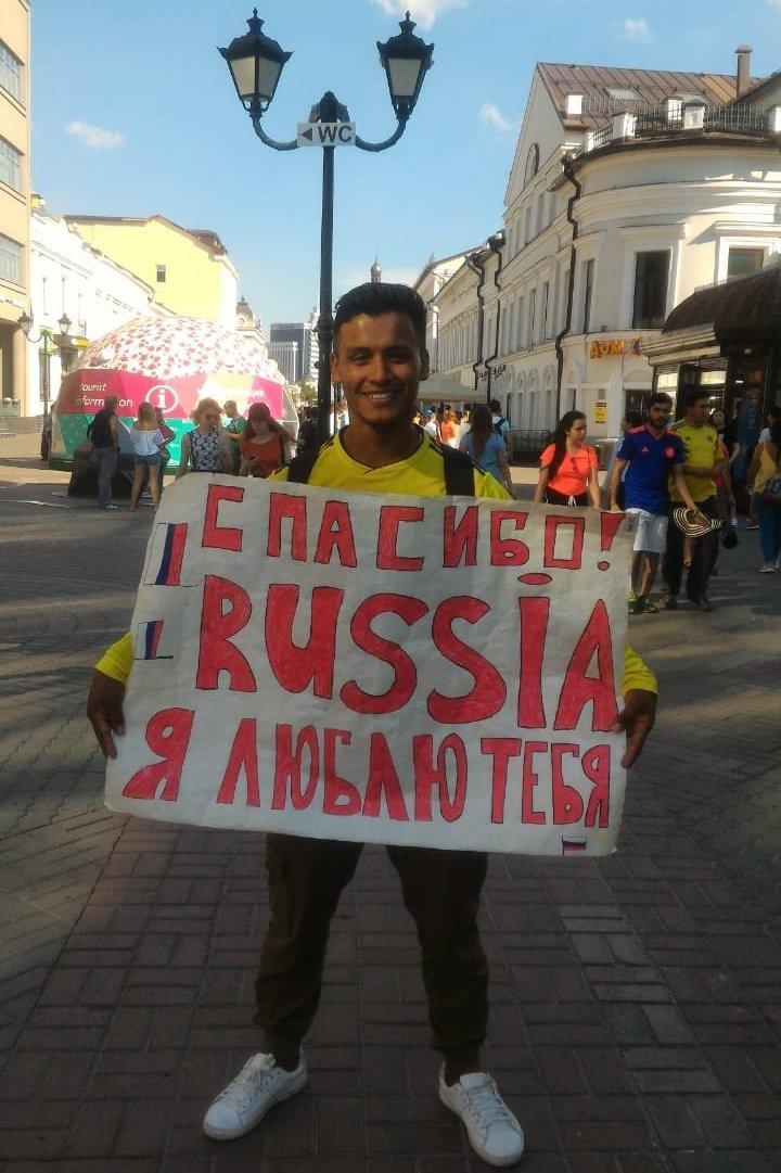 Milton Rivera. Para agradecer al pueblo ruso por una acogida cálida, el colombiano hizo un cartel con las palabras: Gracias, Rusia. Te quiero.