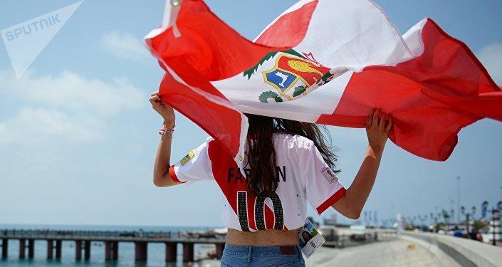 Una hincha con la bandera de Perú