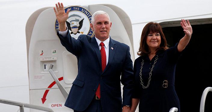 El vicepresidente de EEUU, Mike Pence, con su esposa