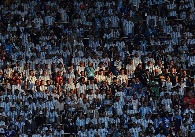 Hinchas argentinos asisten el decisivo partido entre su selección y Nigeria en la fase de grupos del Mundial de Rusia