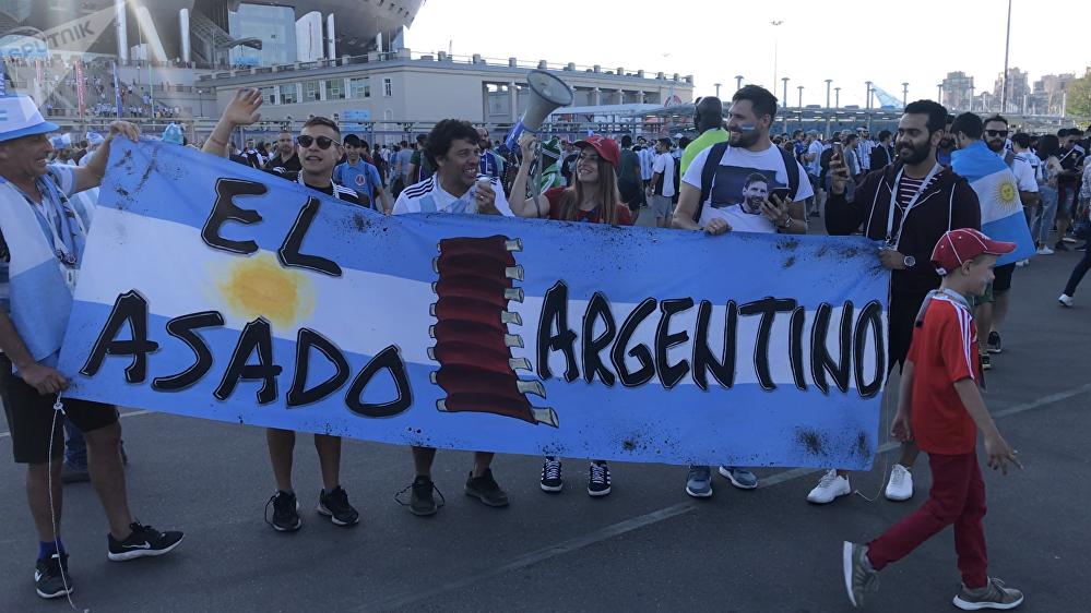 Un grupo de hinchas argentinos delante del estadio de San Petersburgo