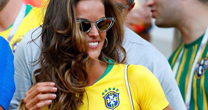 Izabel Goulart, modelo brasileña, asiste el partido entre Brasil y Serbia en la fase de grupos del Mundial de Rusia