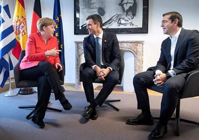 La canciller alemana, Angela Merkel, el presidente del Gobierno español, Pedro Sánchez, y el primer ministro de Grecia, Alexis Tsipras