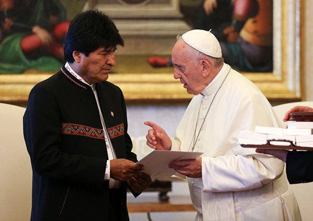 El papa Francisco recibe en el Vaticano al presidente boliviano Evo Morales