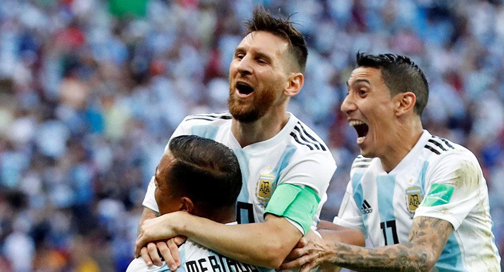 Leo Messi (centro), futbolista argentino