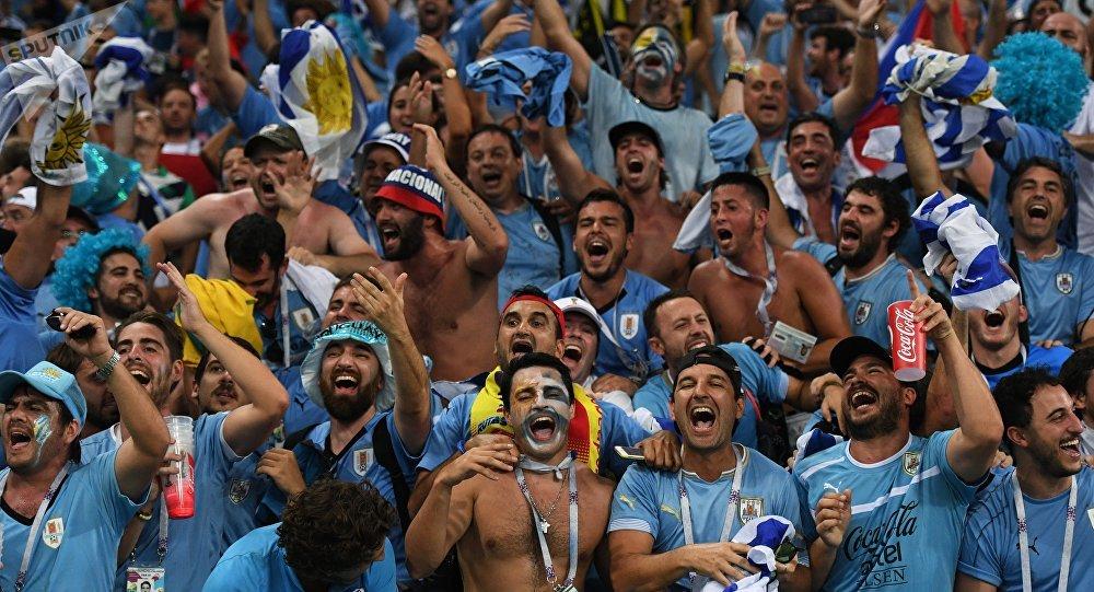 Hinchas uruguayos se reúnen en Montevideo para ver el partido de su ... d7a4b8400fca4
