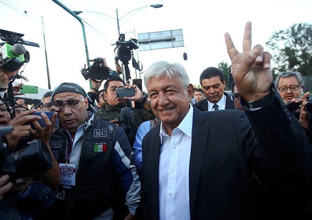 Andrés Manuel López Obrador, candidato a presidencia de México, llega a una casilla de votación durante las elecciones presidenciales de México