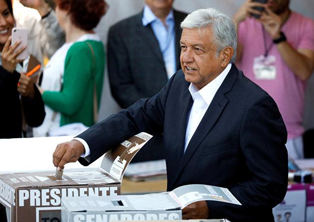 El candidato a presidencia Andrés Manuel  López Obrador ejerce su derecho al voto