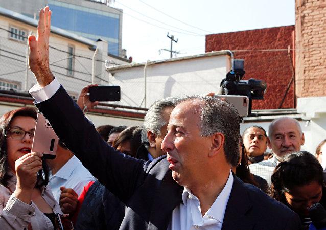 El candidato a la Presidencia José Antonio Meade saluda a los ciudadanos tras votar en las elecciones presidenciales en la Ciudad de México