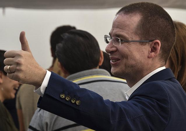 El candidato presidencial de México, Ricardo Anaya, vota en Queretaro