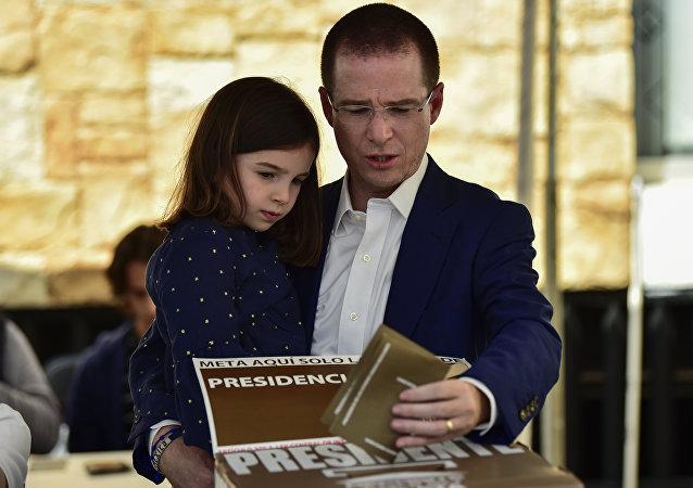 El candidato presidencial de México, Ricardo Anaya, vota en Queretaro, acompañado de su hija