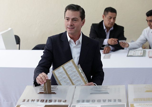 Enrique Peña Nieto, actual presidente de México, ejerce su derecho al voto en las elecciones presidenciales