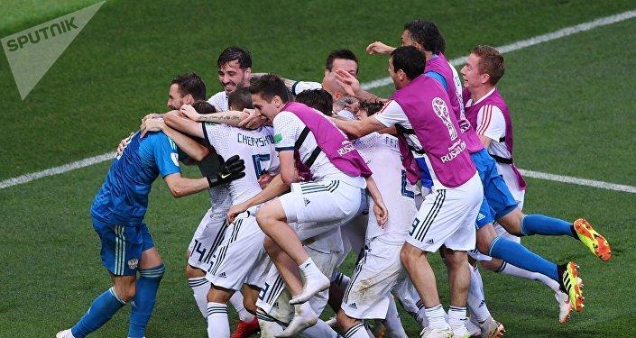 Los jugadores de la selección rusa se alegran por la victoria sobre España
