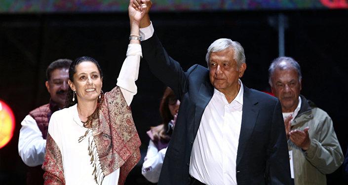 Claudia Sheinbaum de la coalición izquierdista Juntos Haremos Historia y Andrés Manuel López Obrador, presidente electo de México