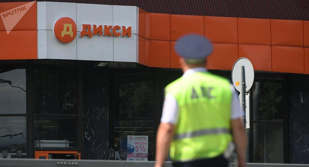 Un policía en el lugar de secuestro en el supermercado de Moscú