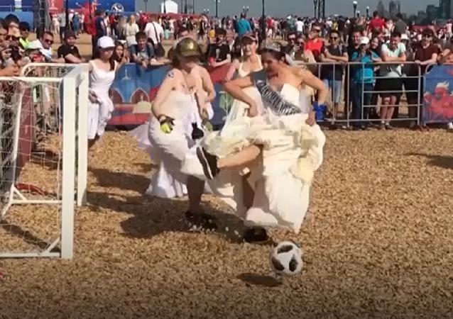 Vestidos blancos y botas: un partido de fútbol 'nupcial' se celebra en Kazán