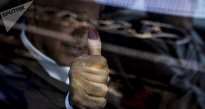 AMLO muestra la tintura en su pulgar tras ejercer su derecho al voto