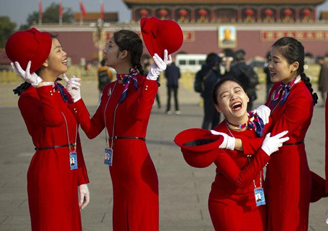 Jóvenes chinas en la plaza Tiananmén, Pekín, China (archivo)