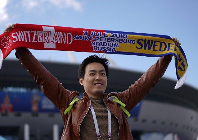 Un hincha con una bufanda de Suiza-Suecia en Rusia 2018