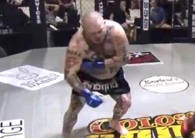 Un luchador finge un ataque al corazón para engañar a su rival