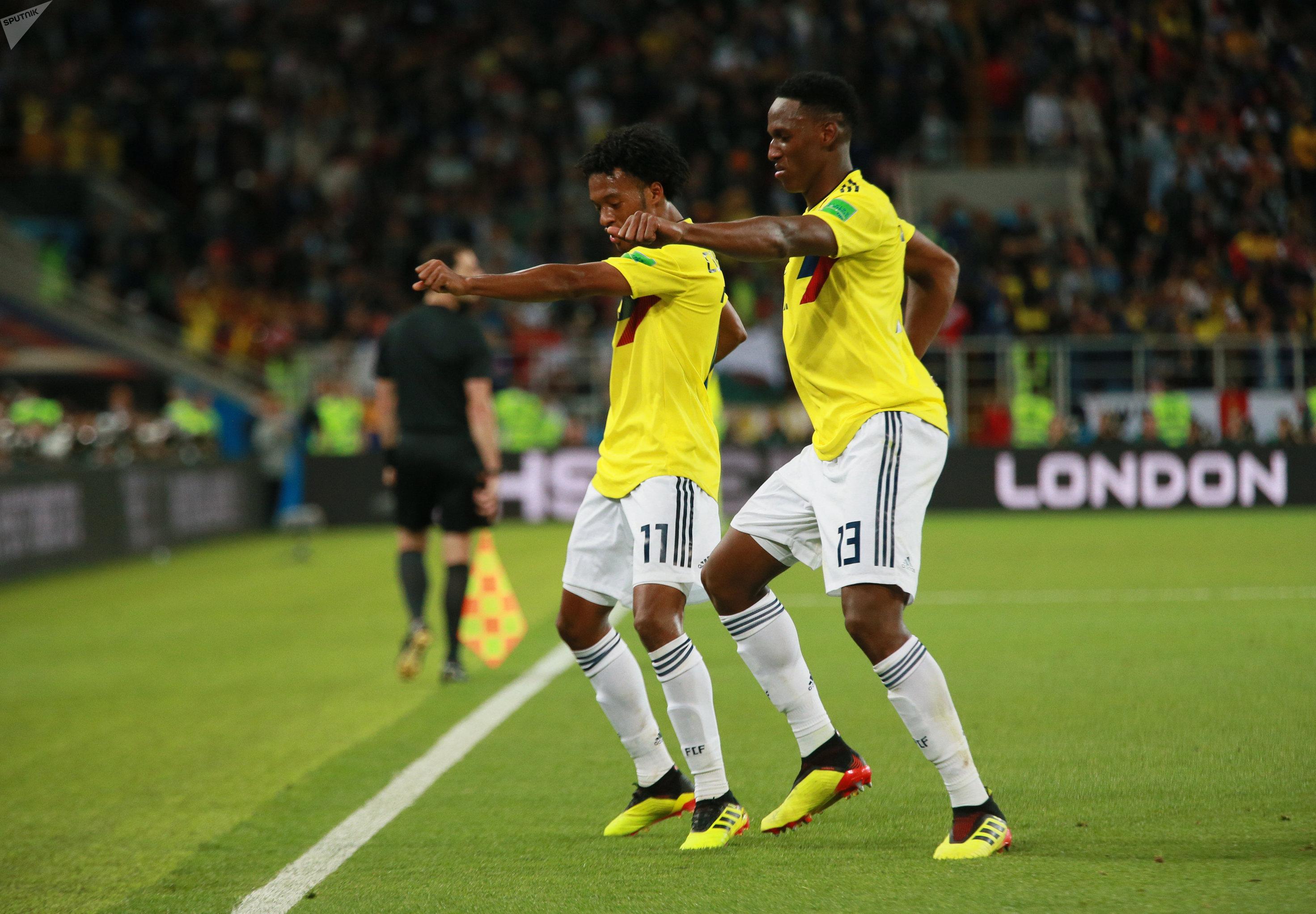 Cuadrado y Mina se alegran por el gol de Colombia