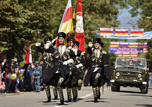 Desfile por motivo del XXV aniversario de la independencia de Osetia del Sur en Tsjinval en 2015