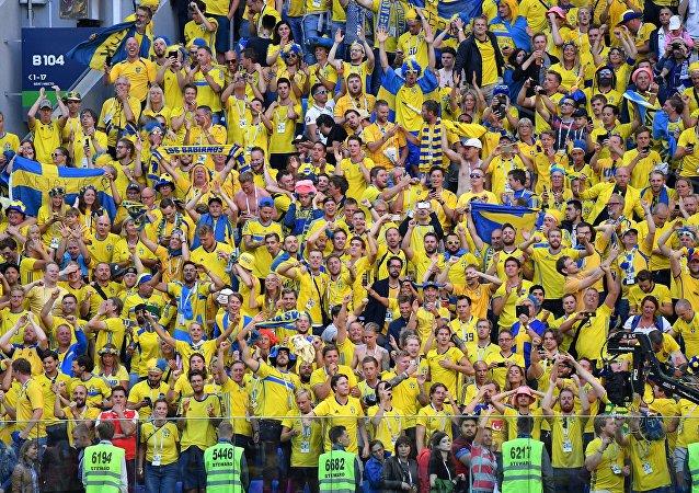 Hinchas suecos celebran la victoria de su selección sobre Suiza en los octavos de final