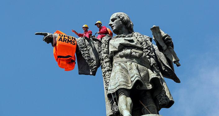 Un chaleco salvavidas en el monumento de Cristobál Colón de Barcelona