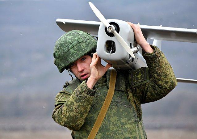 Soldado ruso con un dron (archivo)