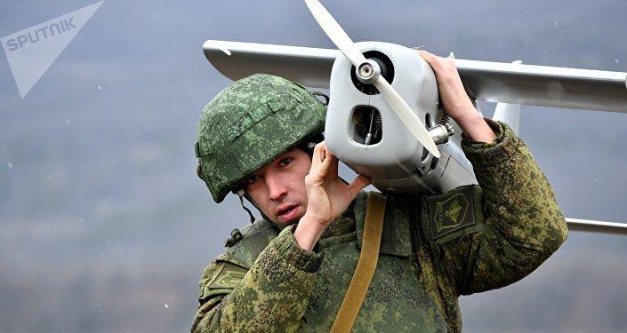 Soldado ruso con un dron (imagen referencial)