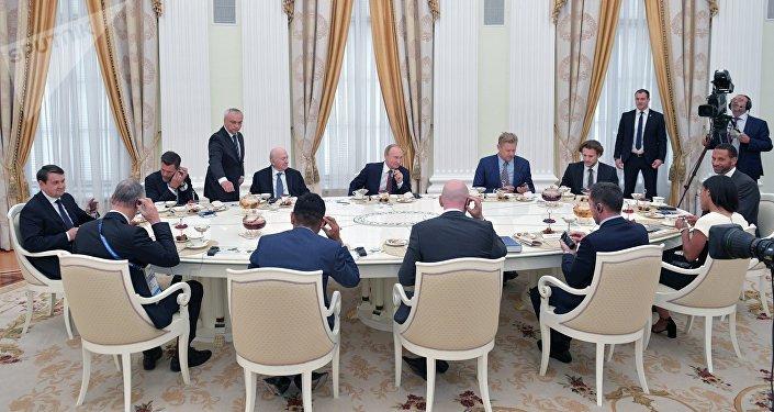 El presidente de Rusia, Vladímir Putin se reune con estrellas del fútbol en el Kremlin
