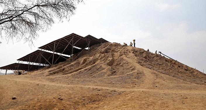 Pirámide en el mayor complejo arquitectónico en Túcume, el Antiguo Perú
