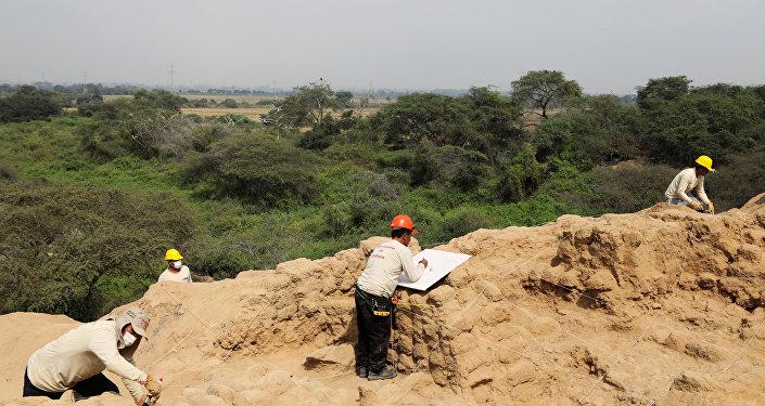Trabajos arqueológicos en el pirámide en el mayor complejo arquitectónico en Túcume, el Antiguo Perú