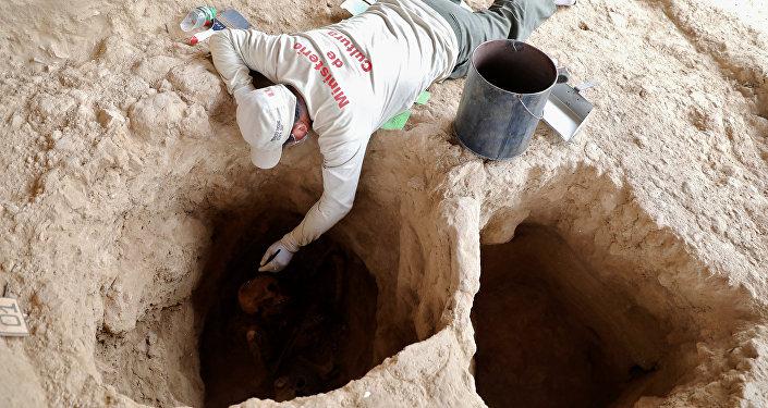 La inspección de la tumba en el complejo arquitectónico de Túcume, Perú
