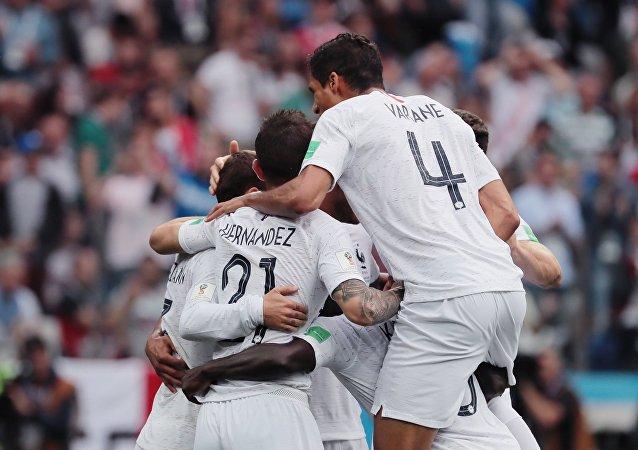 Jugadores franceses celebran gol contra Uruguay