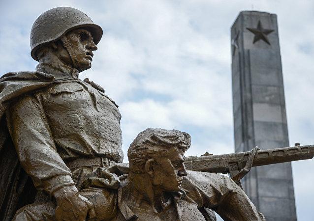 Una escultura en la tumba de los soldados soviéticos en Varsovia