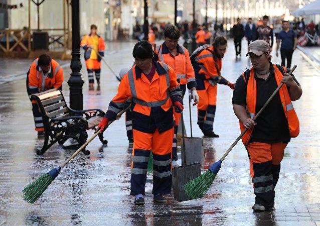 Equipos de limpieza en la calle Nikólskaya