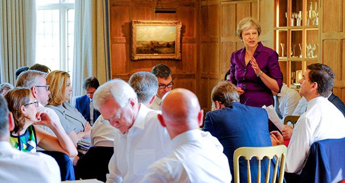 Theresa May, primera ministra del Reino Unido, durante una sesión en su residencia campestre de Chequers