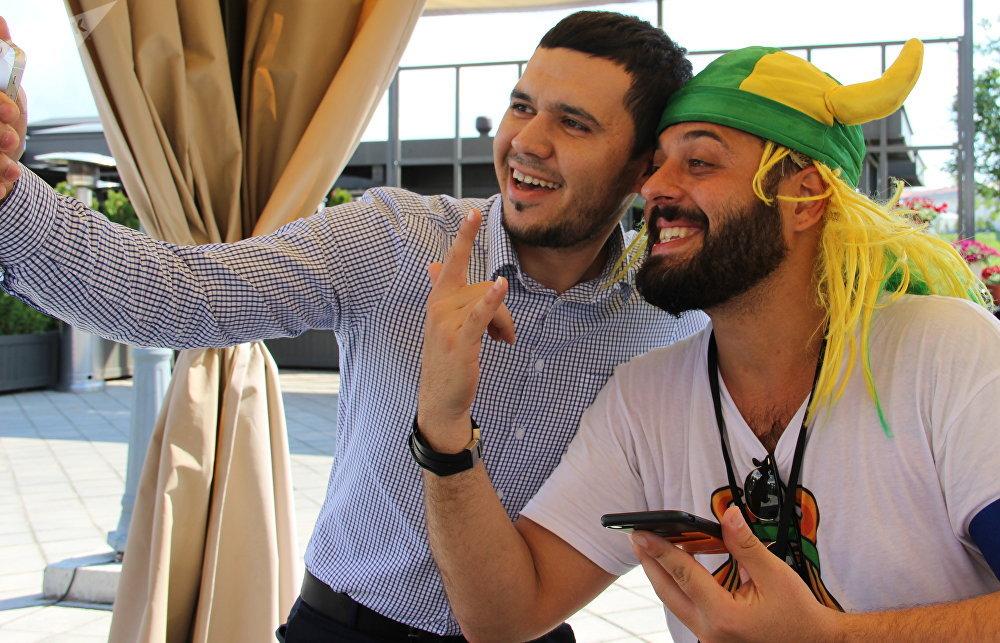 Tomer Savoia, hincha brasileño que se convertió en meme del Mundial, posa para una foto con un fan