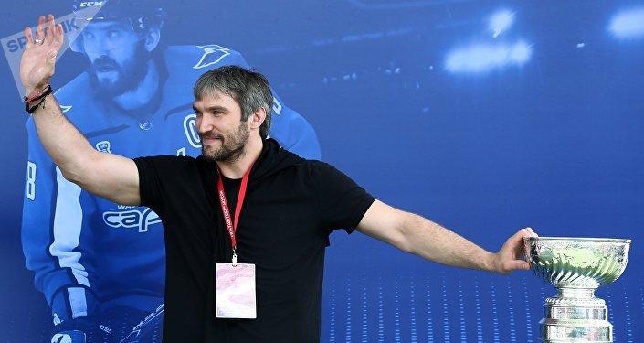 El jugador ruso de hockey Ovechkin lleva la Copa Stanley a la FIFA Fan Fest de Moscú