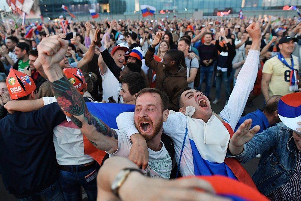 Hinchas rusos celebran el gol de su selección en el primer tiempo del partido contra Croacia