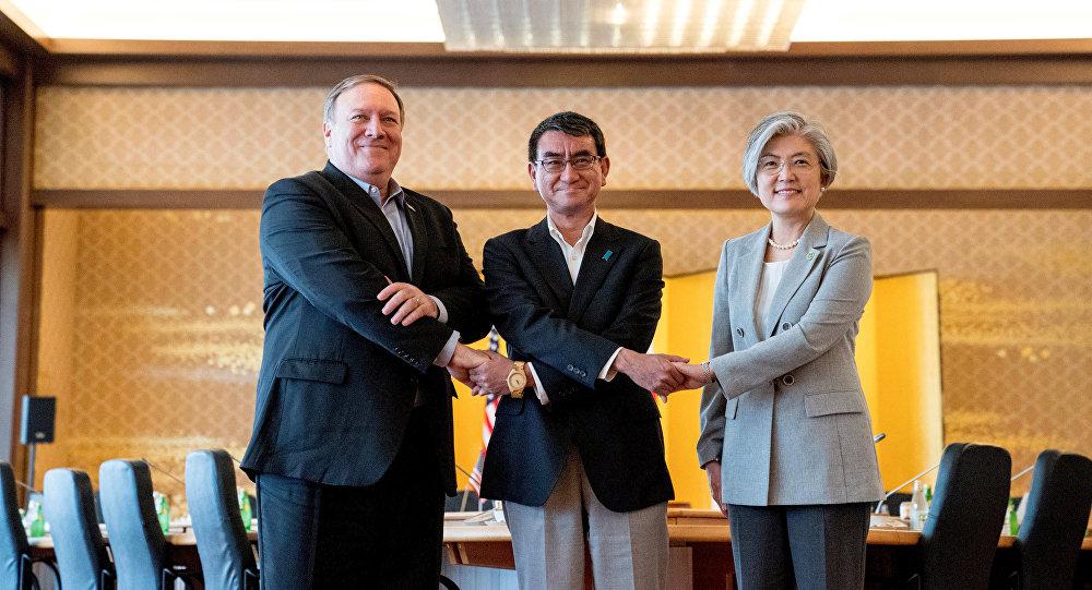 Secretario de Estado de EEUU, Mike Pompeo, ministro japonés de Exteriores, Taro Kono, y la canciller surcoreana, Kang Kyung-wha