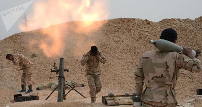 Los militares sirios disparan de un mortero